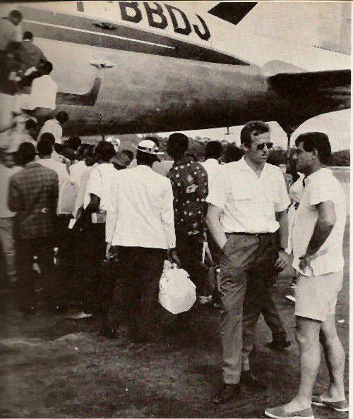 Embarquement d'un DC-4 à Port-Gentil
